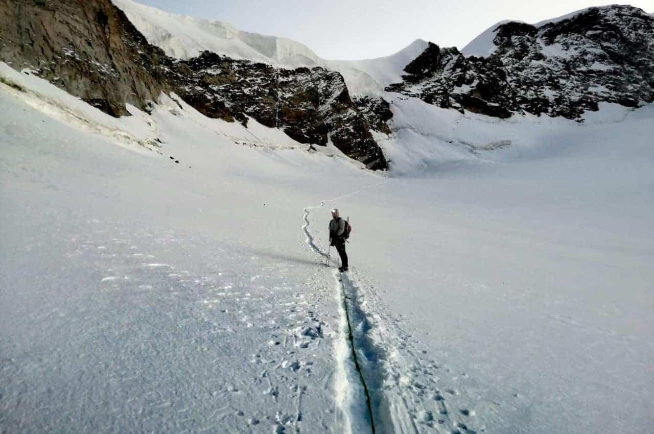 Bergsteiger auf Gletscher. Die Belohnung für die 7 Schritte der Planung