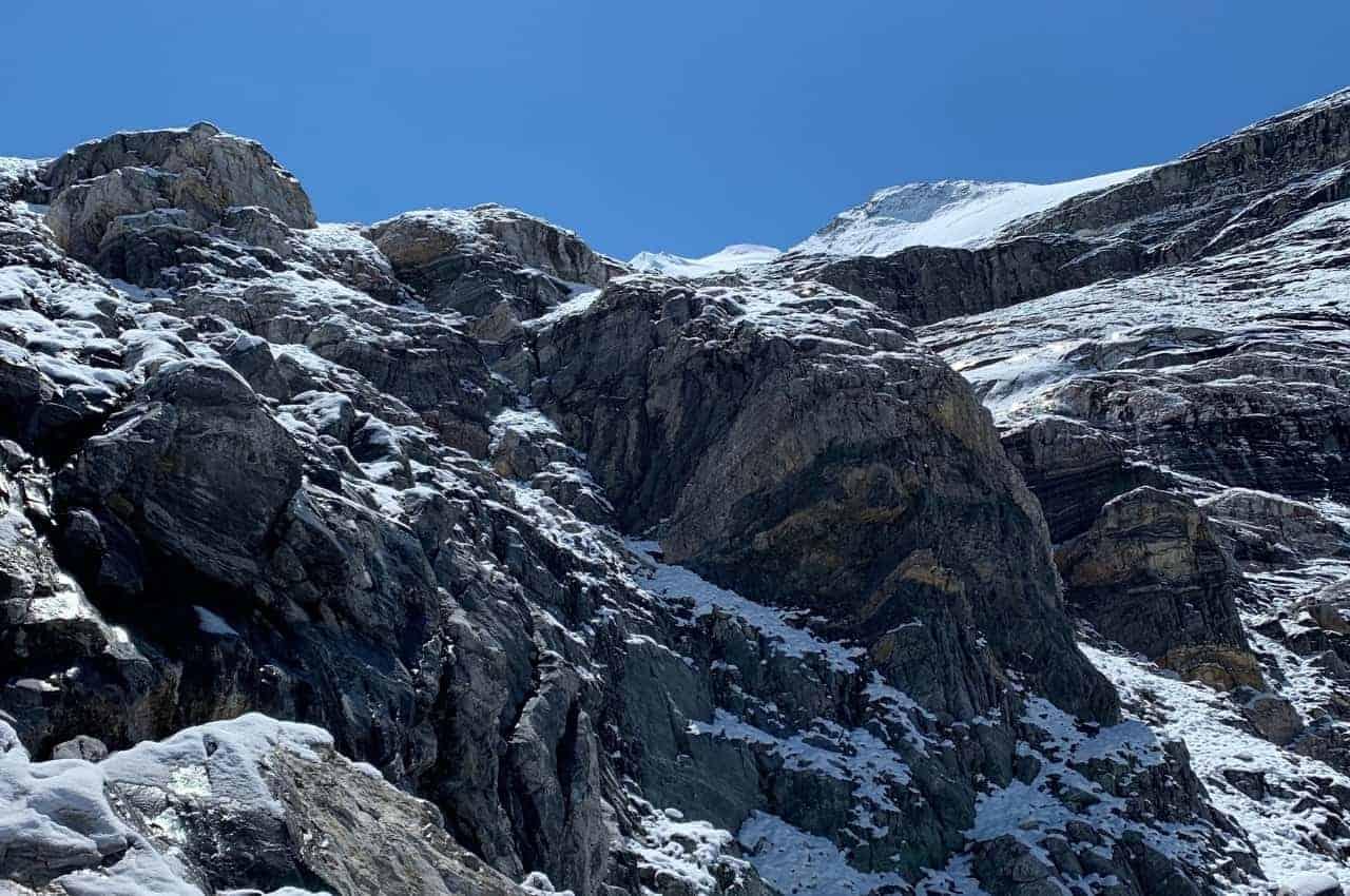 Berge im Walliser Alpenraum bei wunderschönem Sonnenwetter