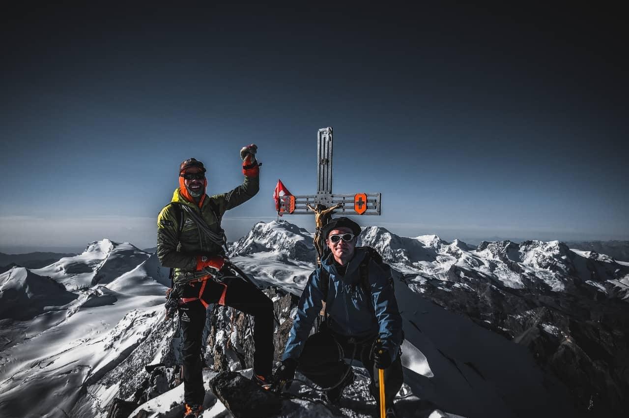 Verantwortung beim Bergsteigen. Gipfelbild auf dem Dom in der Schweiz