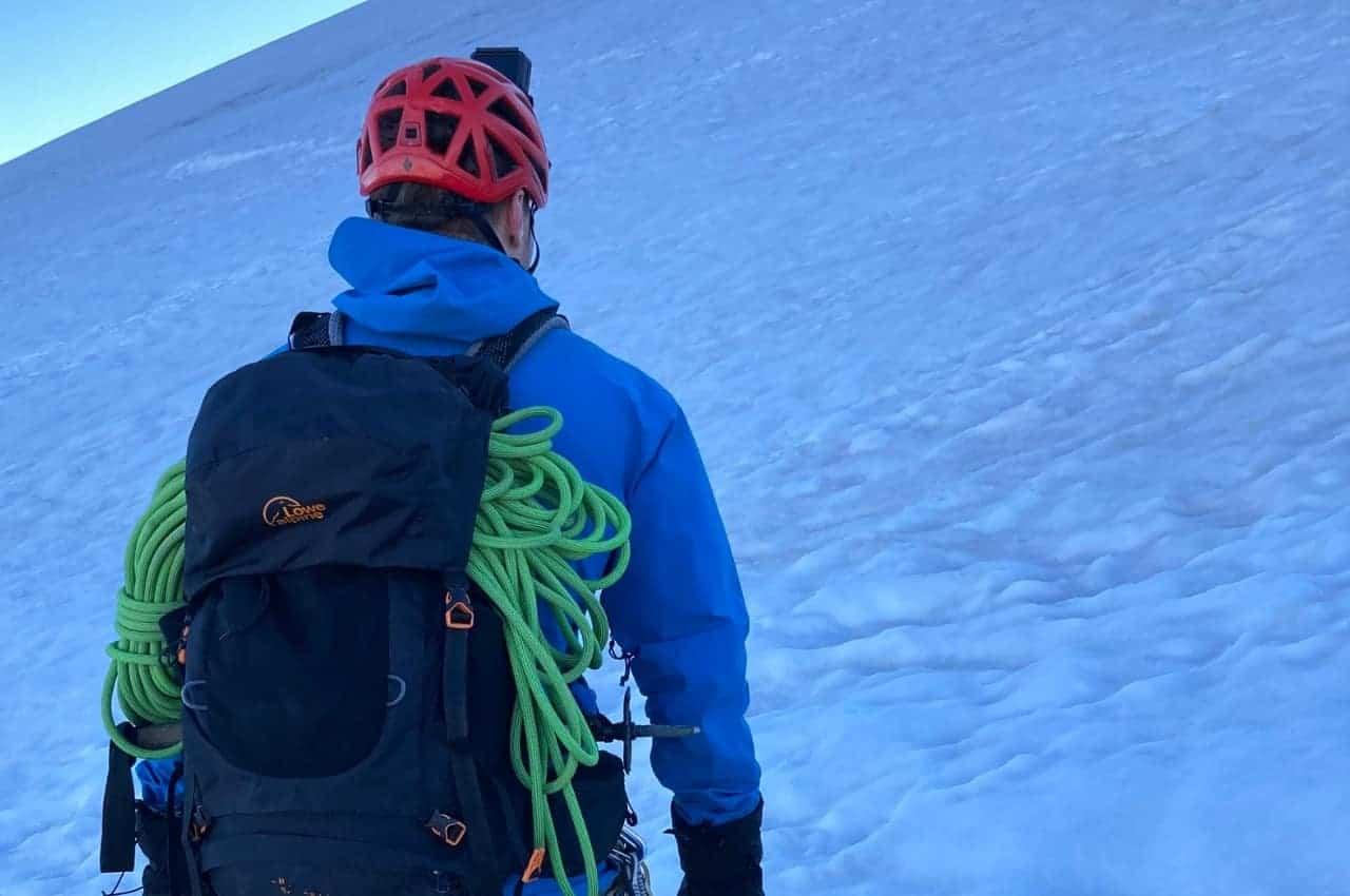Bergsteigen im Wallis mit der Ausrüstung am Rucksack