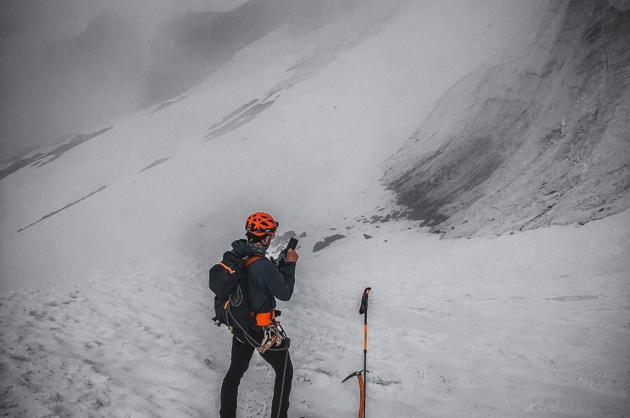 Bergsteiger beim Fotografieren mit dem Smartphone auf Hochtour