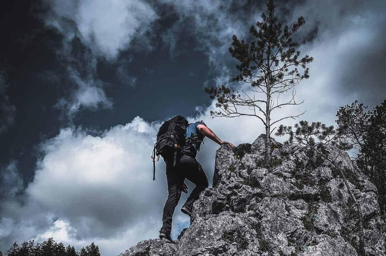 Wanderausrüstung im Einsatz beim Bergsteigen